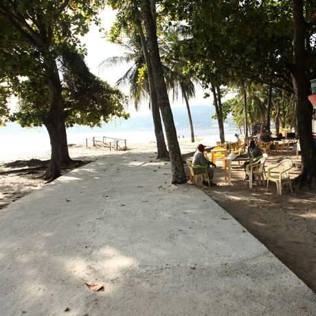 Novo caminho segue em meio as árvores, por trás dos quiosques Foto: Angelo Antônio Duarte / Agência O Globo