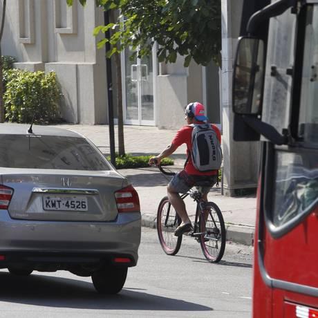 Ciclista pedala na Avenida Marquês do Paraná: prefeitura planeja instalar ali ciclofaixa para interligar as que já existem nas avenidas Roberto Silveira, em Icaraí, e Amaral Peixoto, no Centro Foto: Pedro Teixeira / Agência O Globo