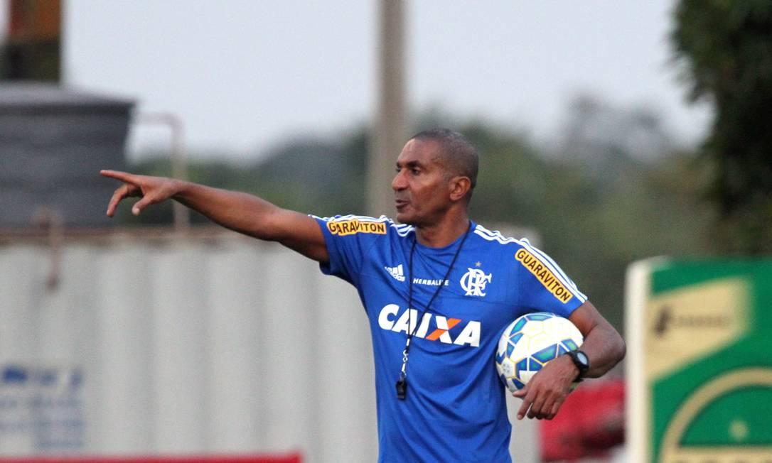 Cristóvão Borges orienta os reservas do Flamengo no Ninho do Urubu Cezar Loureiro / Agência O Globo