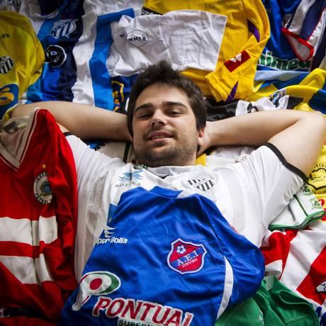 Inspirado no amor ao Tupi, Vitor Lima Gualberto já conta com 327 camisas em sua coleção Foto: Guilherme Leporace / Agência O Globo