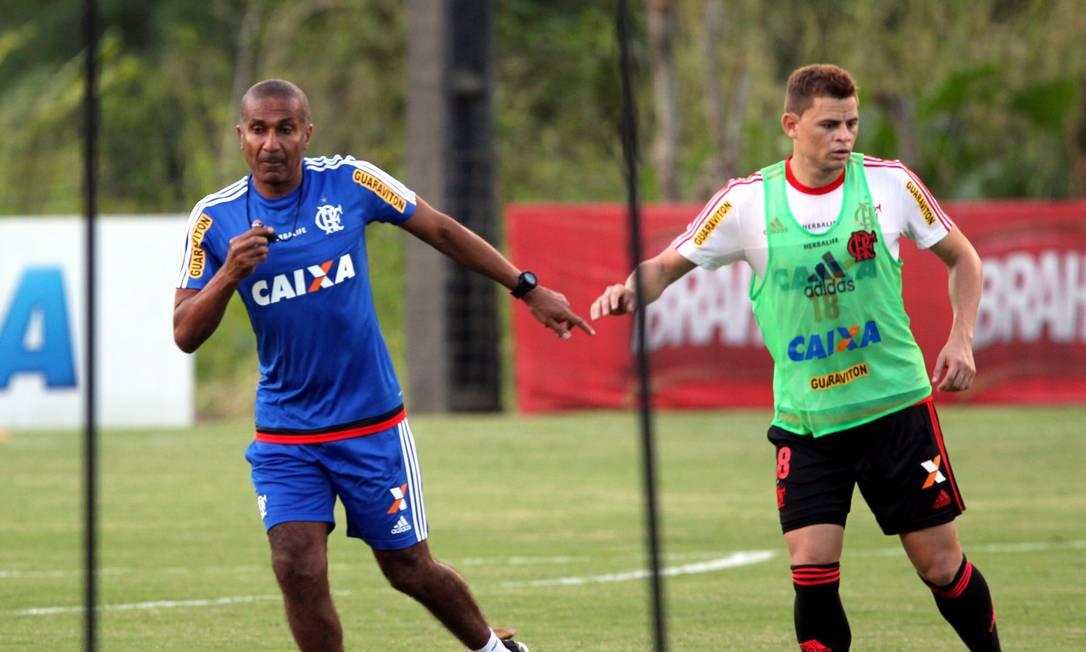 Cristóvão ao lado do volante Jonas Cezar Loureiro / Agência O Globo