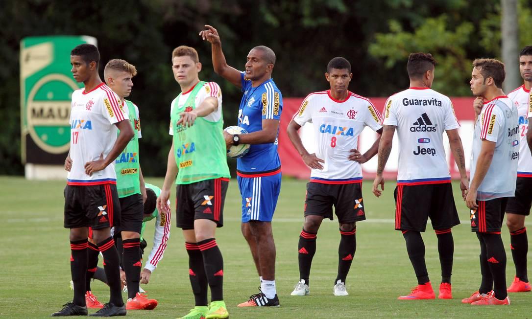 Cristóvão Borges orienta os jogadores do Flamengo Cezar Loureiro / Agência O Globo