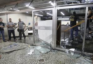Vidro da entrada principal da Uerj foi quebrado durante o tumulto Foto: Marcelo Carnaval / Agência O Globo