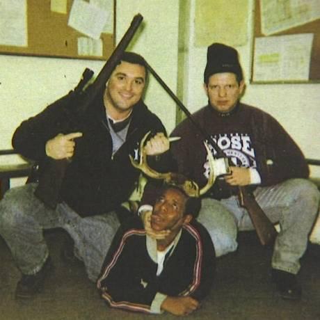 Jerome Finningan, à esquerda, e Timothy McDermott seguram rifles sobre um homem negro, dentro de uma estação policial do distrito de Harrison, em Chicago Foto: Arquivo / Corte do Condado de Cook
