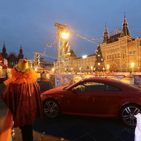 Carro de luxo na Praça Vermelha, em Moscou Foto: Andrey Rudakov / Bloomberg/22-12-2014