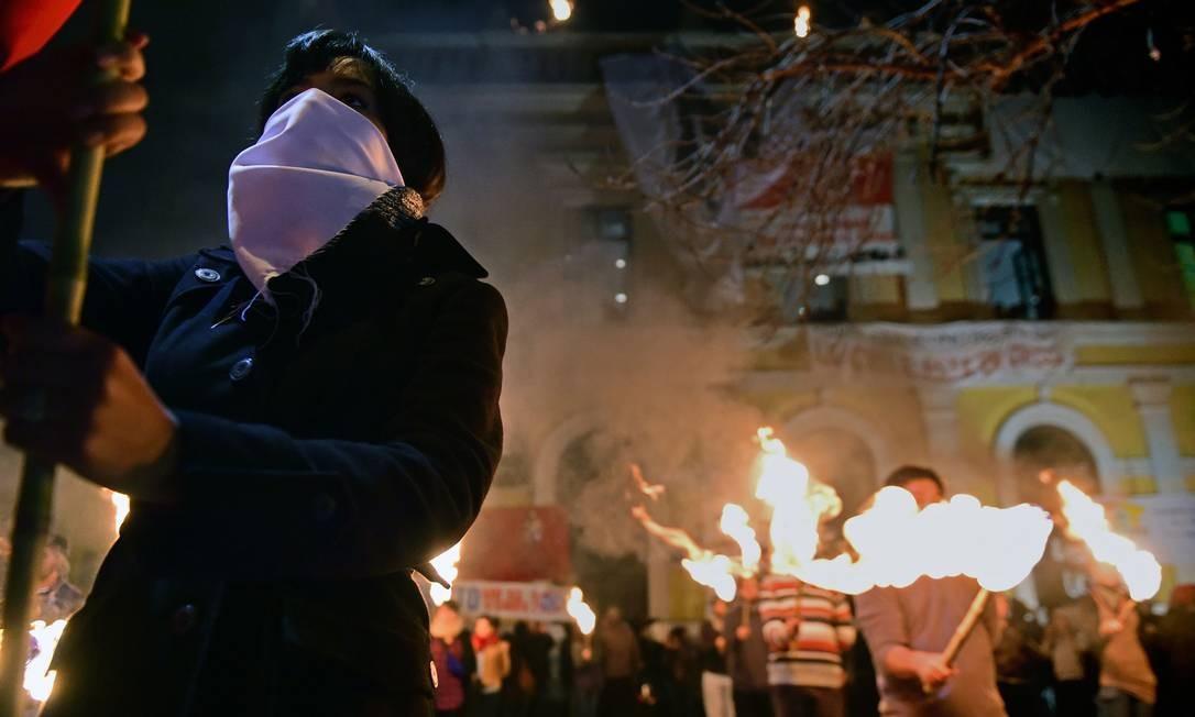 Manifestantes protestam em Santiago durante a noite Foto: MARTIN BERNETTI / AFP