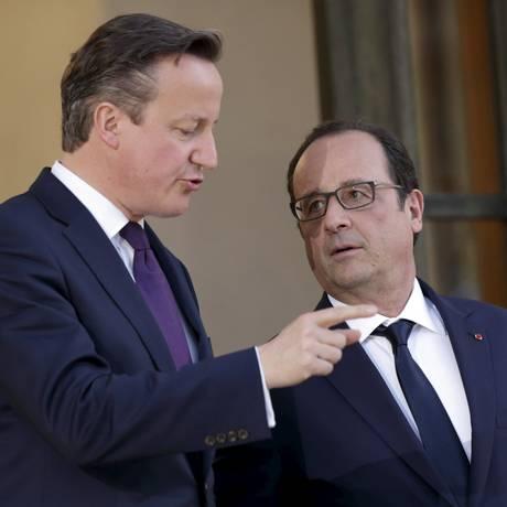 Hollande foi o primeiro visitado por Cameron Foto: PHILIPPE WOJAZER / REUTERS