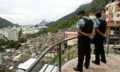 Recrutas da PM observam a favela no dia da inauguração da UPP Foto: André Teixeira / Agência O Globo (19/12/2008)