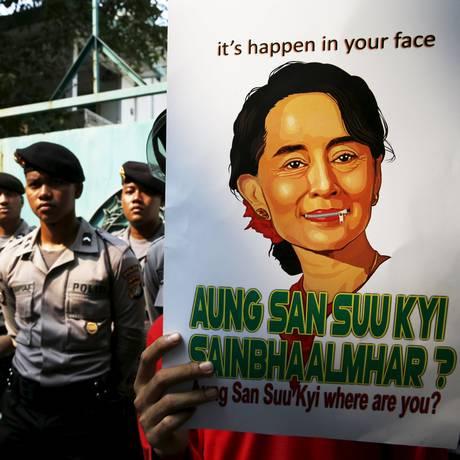 Estudante da Indonésia segura cartaz com a foto da líder da oposição birmanesa Aung San Suu Kyi, durante protesto contra a morte de muçulmanos em Mianmar. No cartaz, lê-se a mensagem: 'Está acontecendo na sua cara' Foto: BEAWIHARTA / REUTERS