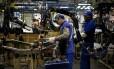 Funcionários na fábrica de caminhões MAN SE, no Rio: indústria caiu 0,3%