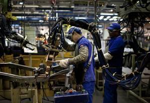 Funcionários na fábrica de caminhões MAN SE, no Rio: indústria caiu 0,3% Foto: Dado Galdieri / Bloomberg