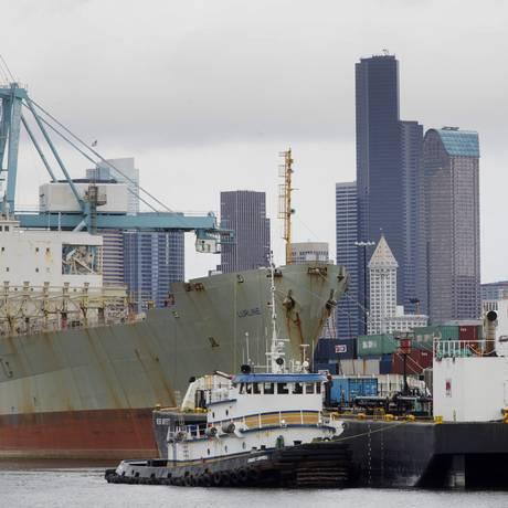 Porto em Seattle: dólar valorizado frente às outras moedas causou uma queda das exportações Foto: Mike Kane / Bloomberg