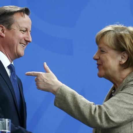 Chanceler alemã, Angela Merkel, e o primeiro-ministro do Reino Unido, David Cameron, participam de uma entrevista coletiva após reunião em Berlim Foto: HANNIBAL HANSCHKE / REUTERS