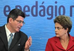 A presidente Dilma Rousseff conversa com o ministro Joaquim Levy (Fazenda) Foto: Jorge William / O Globo/Arquivo