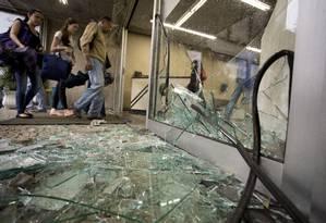 Portaria da Uerj tem vidros quebrados após protesto contra a remoção da Favela do Metrô, perto da universidade Foto: Márcia Foletto / O Globo