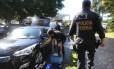 Policiais federais chegam à Superintendência da instituiçãoem Brasília com malotes, documentos e carros de luxo apreendidos na Operação Acrônimo, em diversos estados
