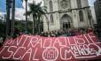 Manifestantes do MTST se reúnem em frente à catedral da Sé: eles também ocuparam agências de banco em São Paulo