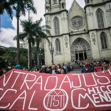 Manifestantes do MTST se reúnem em frente à catedral da Sé: eles também ocuparam agências de banco em São Paulo Foto: Divulgação