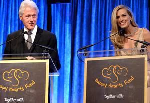 Bill Clinton e Petra Nemcova: polêmica por verbas Foto: Divulgação