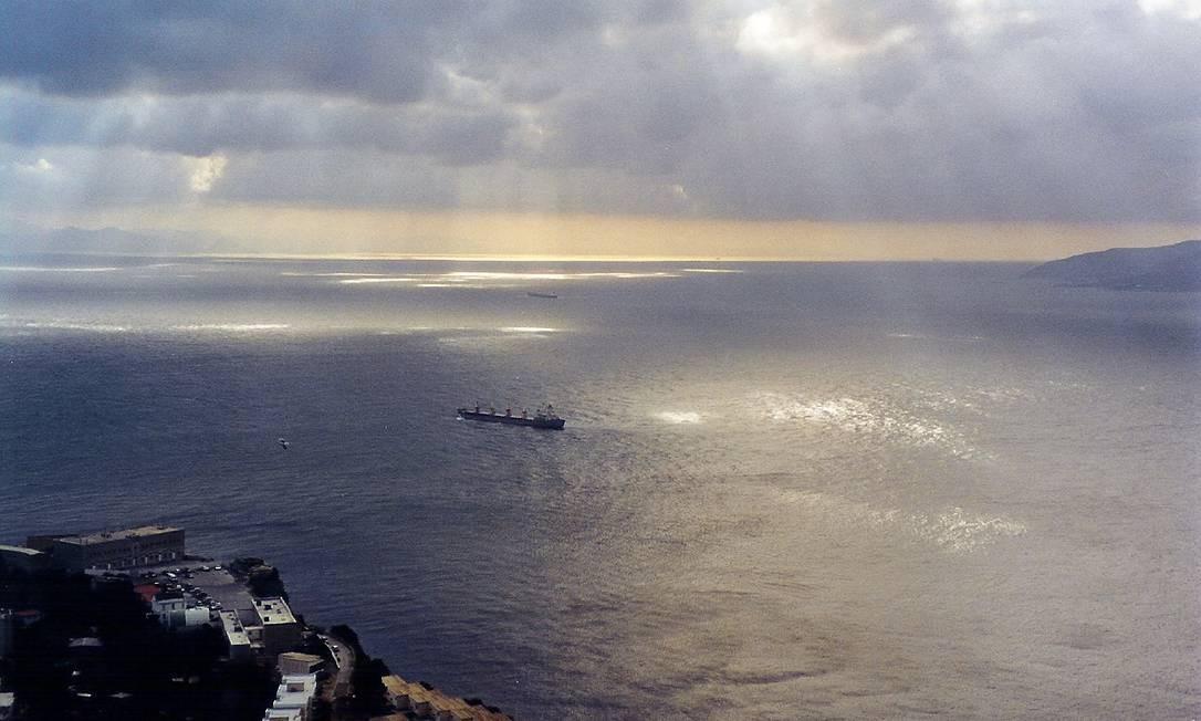 Mediterrâneo. Operação de resgate da Guarda Costeira italiana resgatou mais de 4 mil migrantes que deixaram a Líbia em seis embarcações na esperança de chegar à costa da Europa Foto: Andreas Meck / Wikimedia Commons