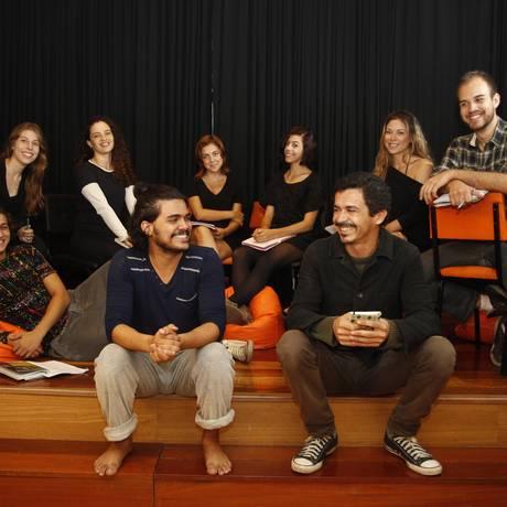 Trupe artística. À frente, Bruce Brandão (à esquerda) e Marcello Gonçalves, com atores da companhia Foto: Eduardo Naddar