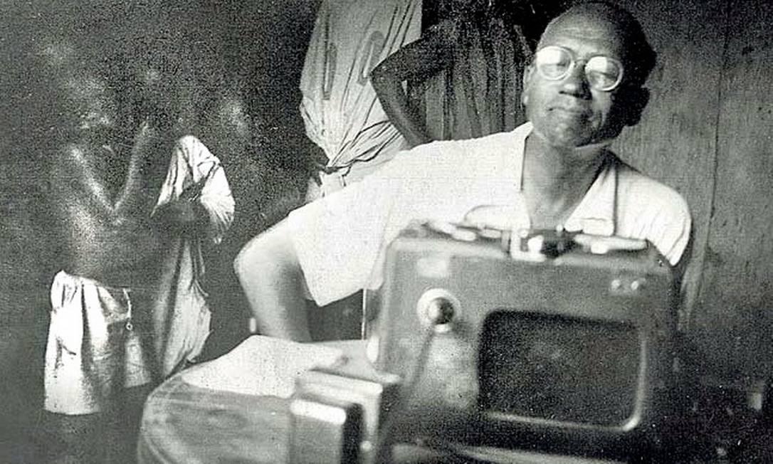 O linguista Lorenzo Turner e uma gravação na África Foto: Divulgação/Anacostia Museum, Smithsonian Institution, Washington, D.C., EUA