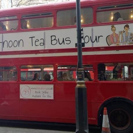 Tea bus. O ônibus faz city tour e serve chá Foto: Mari campos / Fotos de Mari campos
