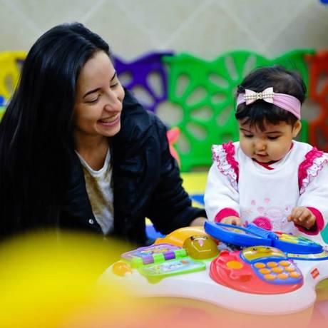 A jornalista e publicitária Lívia Diniz, com a filha Alícia, é a organizadora do congresso online que começa nesta segunda, para orientar mães solteiras como ela Foto: Divulgação / Divulgação