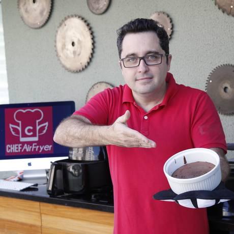 Marcelo apresenta o suflê de chocolate preparado com farinha de arroz Foto: Eduardo Naddar / Eduardo Naddar