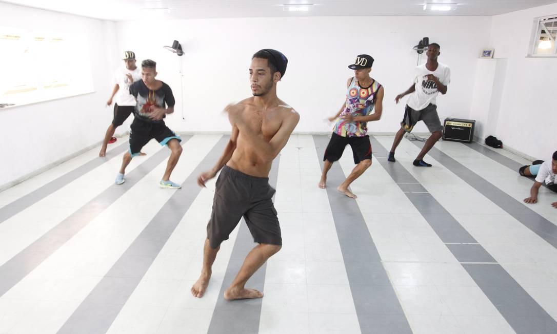 A partir da esquerda, os dançarinos Nego, CL, Leony, GN e Michel Foto: Pedro Teixeira/21-05-2015