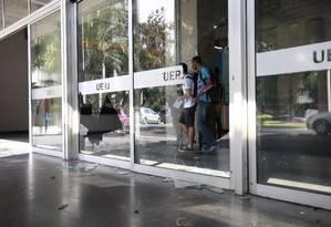 Porta de vidro da Uerj quebrada durante tumulto no campus Foto: Barbara Lopes / Agência O Globo