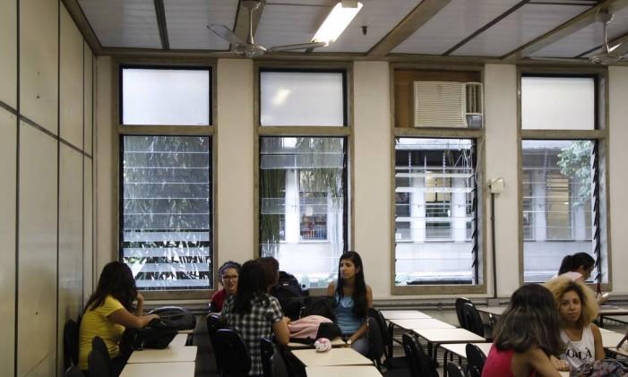 Ar-condicionado desligado em turma do Serviço Social: corte de gastos deixa alunos com calor em sala Foto: Eduardo Naddar / Agência O Globo