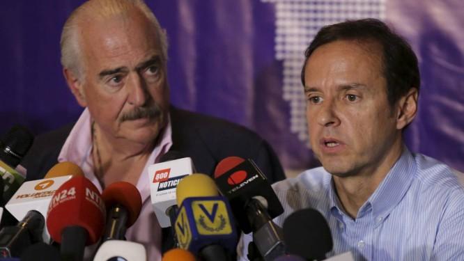 Andrés Pastrana (esquerda) e Jorge Quiroga, em Caracas. Ex-presidentes foram impedidos de visitar o ex-prefeito de San Cristóbal, Daniel Ceballos, em maio Foto: STRINGER/VENEZUELA / REUTERS