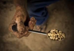 A fome está sempre à espreita de quem vive abaixo da linha da extrema pobreza, como José Roberto Lima, em Belford Roxo Foto: Márcia Foletto / Agência O Globo