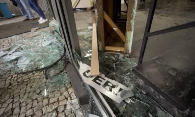 A portaria da Uerj destruída: reitoria responsabiliza alunos radicais, enquanto estudantes culpam seguranças Foto: Márcia Foletto / Agência O Globo