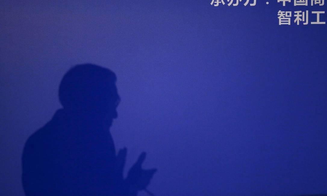 Sombra do premiê chinês Li Keqiang, durante discurso em Santiago do Chile. Idioma é usado de maneira dúbia pelo governo da China para mascarar ausência de democracia no país Foto: IVAN ALVARADO / REUTERS