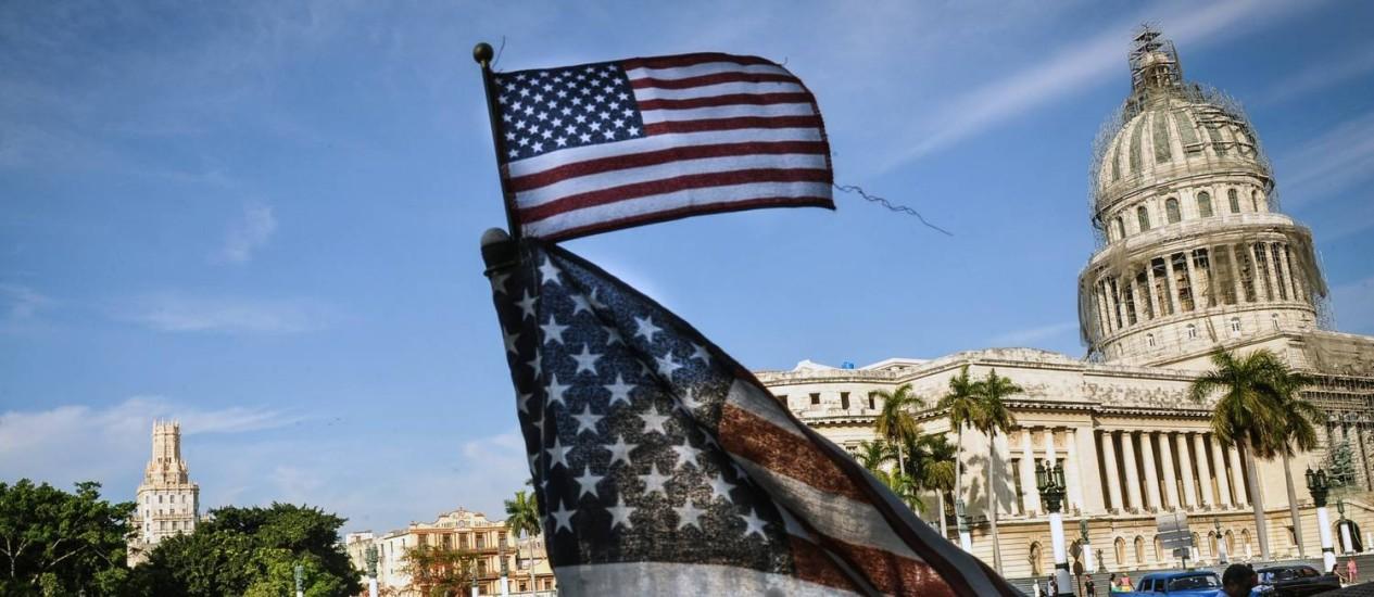 Bandeiras americanas nos táxis de Havana. Diário cubano classificou retirada do país da lista de apoiadores do terrorismo como