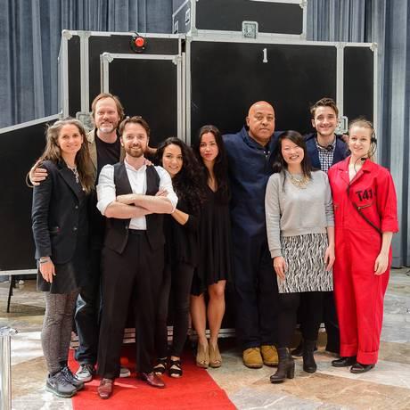 Os integrantes do Theatre For One, companhia que faz a série 'I'm not the stranger you think I am' Foto: Divulgação/Darial Sneed