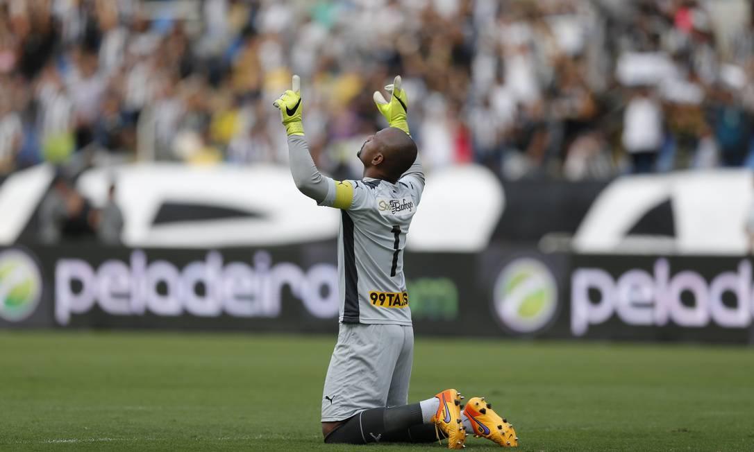 O goleiro Jefferson, do Botafogo, ergue as mãos aos céus Alexandre Cassiano / Agência O Globo