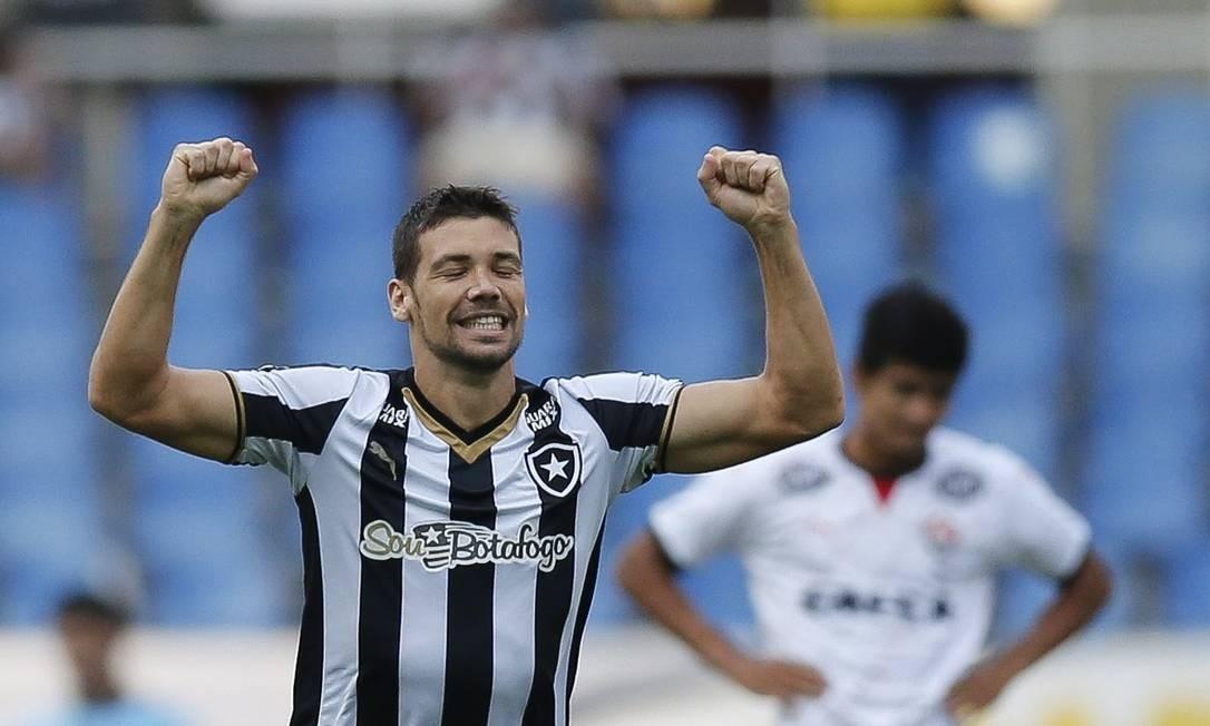 Diego Giaretta comemora o gol que abriu o placar para o Botafogo Alexandre Cassiano / Agência O Globo