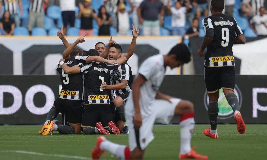 Giaretta é abraçado pelos companheiros ao abrir o placar Márcio Alves / Agência O Globo