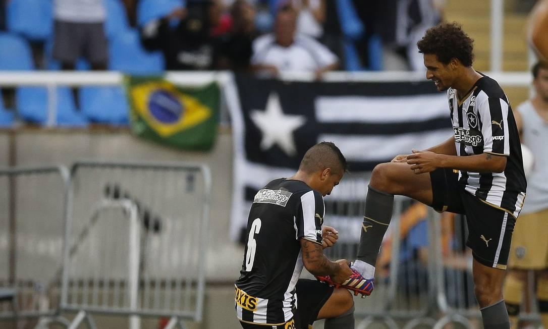 Carletto 'engraxa' a chuteira de Arão após o belo gol, o segundo alvinegro Alexandre Cassiano / Agência O Globo