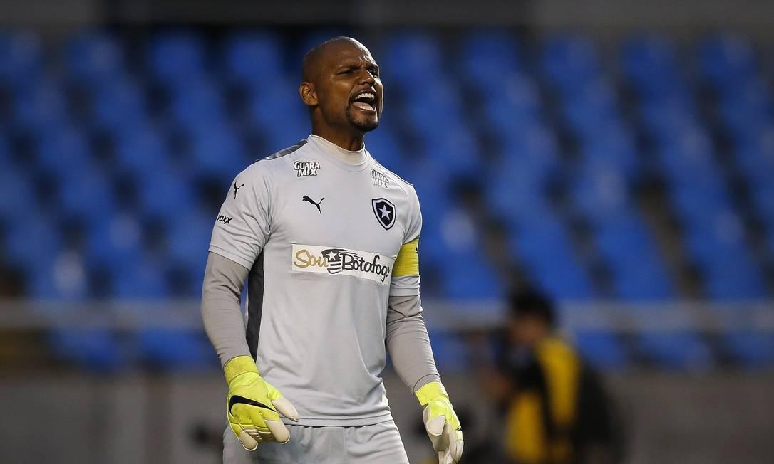 Jefferson orienta o time no Nilton Santos Alexandre Cassiano / Agência O Globo