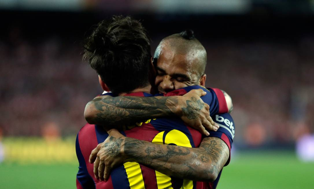 Lionel Mess abraça Daniel Alves depois de abrir o placar Manu Fernandez / AP