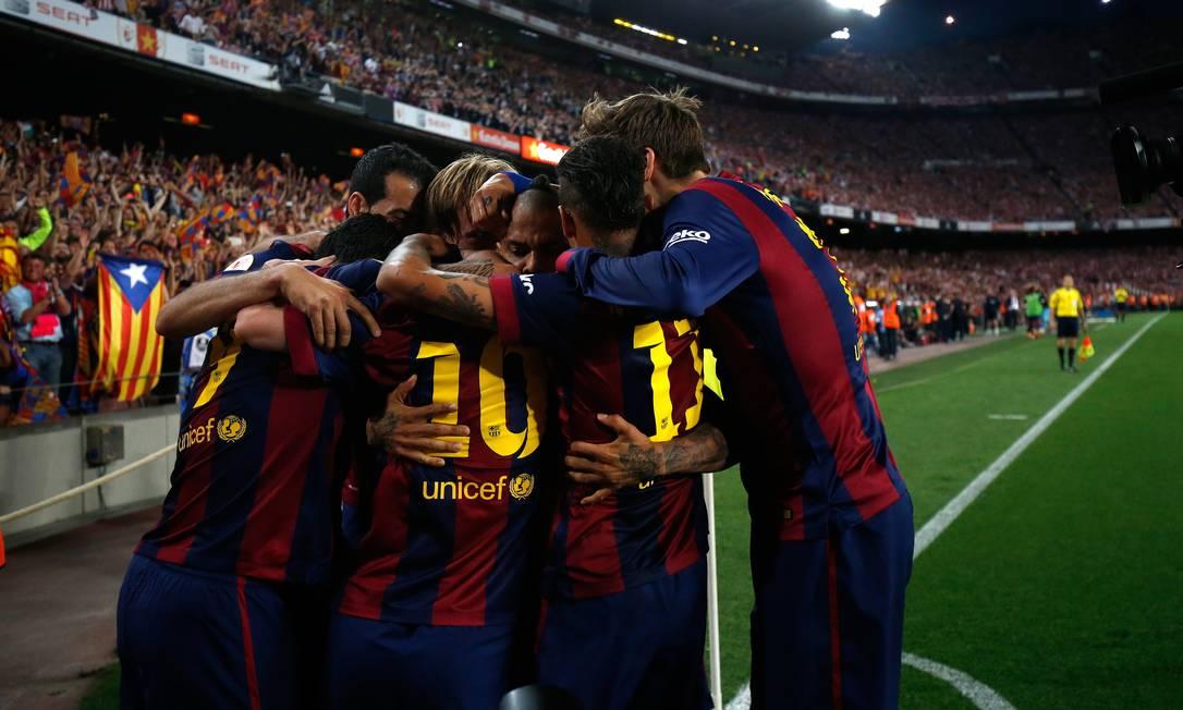 Jogadores do Barcelona comemoram o golaço de Messi Manu Fernandez / AP