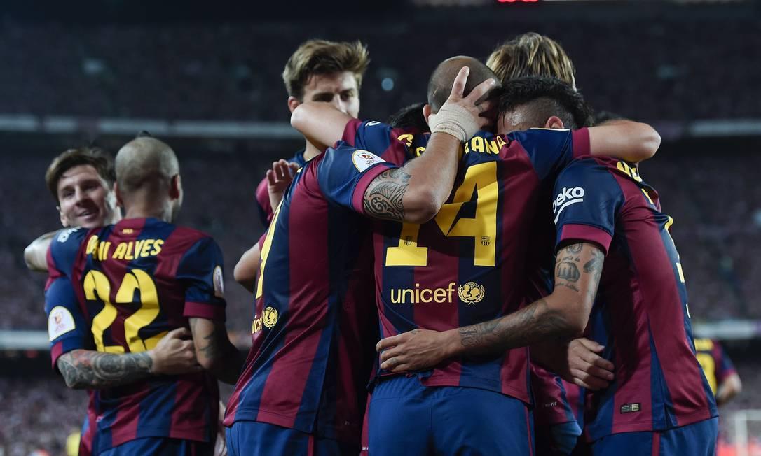 Neymar, à direita, é abraçado ao marcar o segundo gol do Barça JOSEP LAGO / AFP