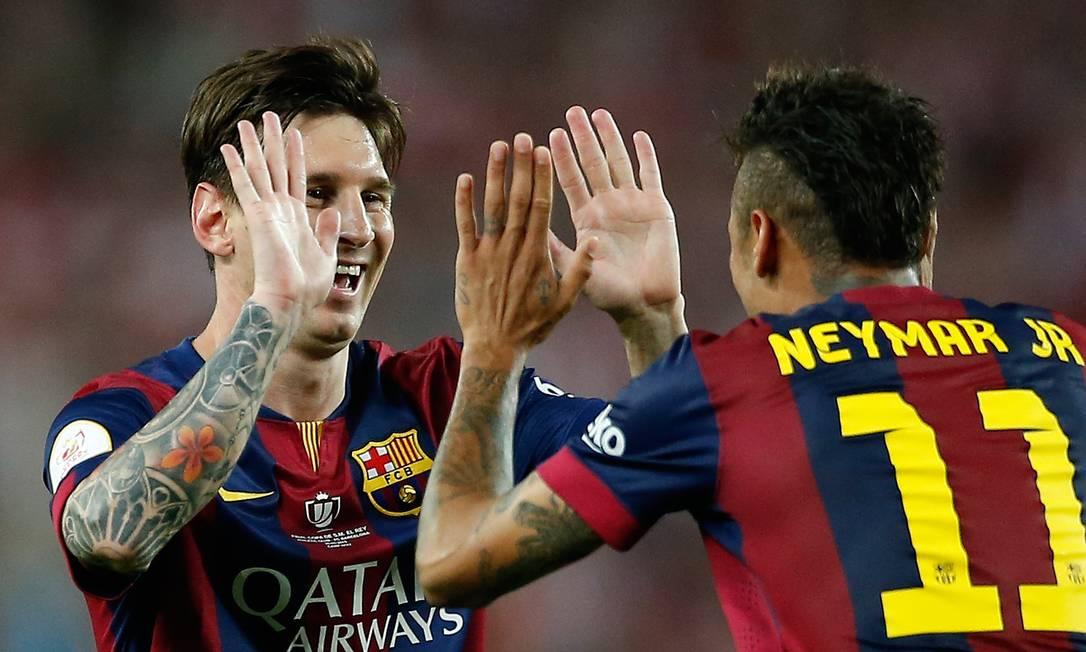 Neymar comemora com Messi o segundo gol dos catalães Manu Fernandez / AP