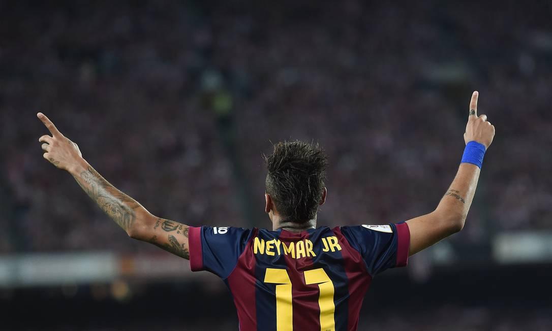Neymar ergue as mãos aos céus após o gol JOSEP LAGO / AFP