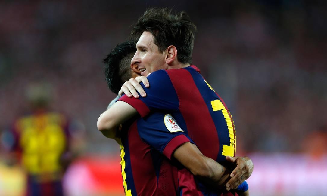 Messi abraça Neymar após abrir o placar com um golaço no Camp Nou Manu Fernandez / AP