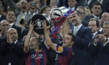 Iniesta e Xavi erguem o troféu no Camp Nou Foto: Emilio Morenatti / AP